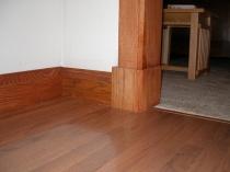 Высокий деревянный плинтус в тон наличников и напольного покрытия