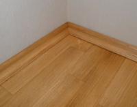 Установка деревянного плинтуса в цвет напольного покрытия