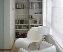 Дизайн библиотеки на присоединенной к комнате лоджии