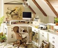 Идея для дизайна маленького комфортного кабинета на мансарде