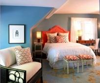 Идея дизайна спальни на мансарде сложной формы