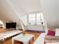 Дизайнерское решение обустройства большой мансарды под комнату отдыха