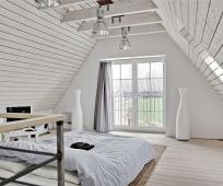 Интерьер спальни в скандинавском стиле на мансарде