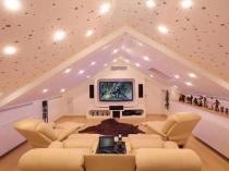 Интерьер домашнего кинотеатра с точечной подсветкой на мансарде