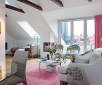 Интерьер светлой жилой мансарды с панорамными окнами