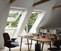Интерьер маленького светлого кабинета на мансардном этаже