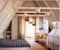 Интерьер совмещенной с детской комнатой спальни на мансарде
