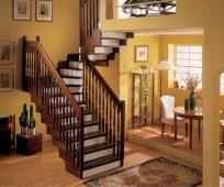 Деревянная поворотная лестница на мансардный этаж