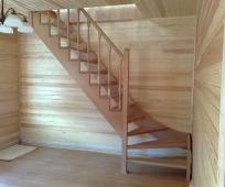 Мансардная лестница с поворотом ступенек на 90 градусрв