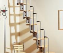 Компактная лесенка из металла и дерева на мансардный этаж