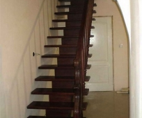 Одномаршевая лестница из дерева на мансарду