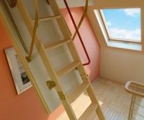 Откидная лестница простой конструкции на мансарду
