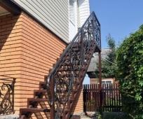 Одномаршевая лестница с элементами ковки на мансарду