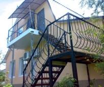 Металлическая мансардная лестница с поворотом ступенек на 180 градусов