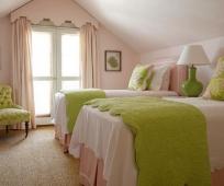 Оформление балкона шторами с ламбрекеном в мансардной спальне