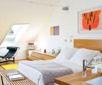 Совмещение спальни и ванной комнаты на мансардном этаже