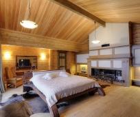 Устройство камина в большой спальне мансарды