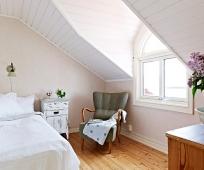 Отделка скошенного потолка мансардной спальни вагонкой