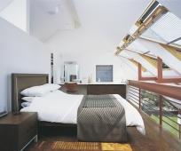 Большие окна с поворотным механизмом открывания в спальне на мансарде