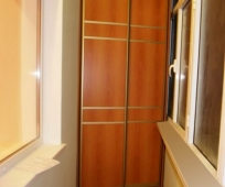 Встроенный шкаф-купе на лоджии
