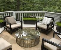 Мягкие кресла и столик на большом балконе