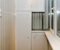 Встроенный шкаф на остекленном балконе