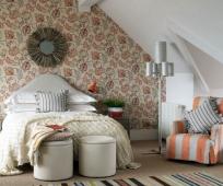 Гипсокартон и цветочные обои в отделке спальни на мансарде