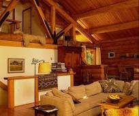 Обустройство жилой двухэтажной мансарды в деревенском стиле