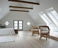 Обустройство мансарды с большими окнами и балконом
