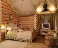 Бревенчатые стены и резная мебель для оформления мансарды в русском стиле