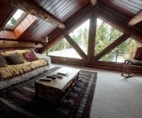 Слиль шале в оформлении мансарды с большим окном на фронтоне дома