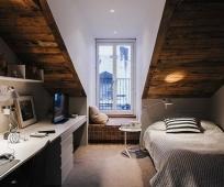Оригинальное оформление комнаты подростка на мансарде с нестандартной площадью
