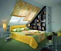 Яркий текстиль в оформлении мансарды в современном стиле