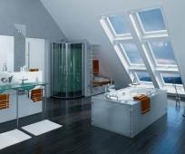 Дизайн ванной комнаты на мансарде с окнами в пол