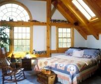 Арочное и прямоугольные окна в дизайне спальни на мансарде