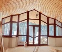Сплошное остекление большого мансардного окна на фронтоне дома