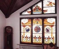 Мансардное окно с красивым оформлением при помощи витража