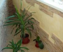 Отделка балкона штукатуркой и декоративным камнем