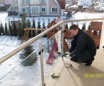 Установка стальных перил с остеклением на балконе