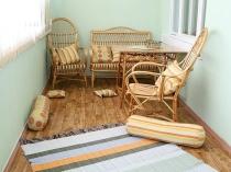 Плетеная мебель для отдыха на балконе
