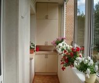 Встроенный шкаф на узком балконе