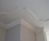 Декоративный полиуретановый плинтус в оформлении потолка
