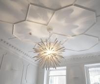 Рельефный полиуретановый плинтус в отделке потолка