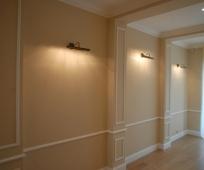 Напольный полиуретановый плинтус в декорировании коридора
