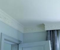 Широкий плинтус с орнаментным рисунком в отделке комнаты