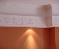 Широкий потолочный плинтус с декоративным рисунком и подсветкой