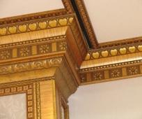 Декоративный потолочный плинтус из полиуретана в отделке комнаты с выступами