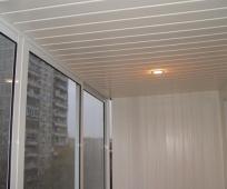 Пластиковая вагонка в отделке потолка балкона