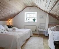 Обшивка вагонкой потолка мансардной спальни