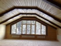 Декоративные балки и блокхаус в отделке потолка мансарды